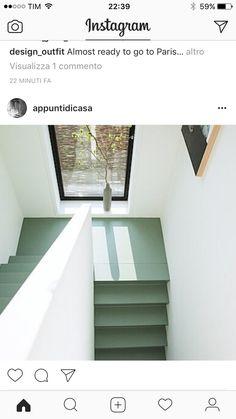 trappa med härligt ljusinsläpp! Snygg grön trappa till enkla vita väggar. Stramt och fint.
