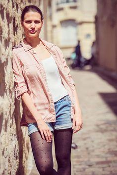 """Le collant de confort galbant, à compression douce """"Bonjour Paris"""" porté par Alix avec une tenue estivale  #walleriana #collants #paris #montmartre #gambettes #frenchbrand #summertime #plumetis"""
