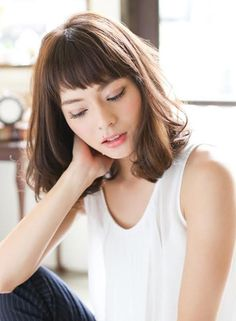Here is a cute shoulder length style with asymmetrical bangs. Japanese Haircut, Japanese Hairstyle, Cool Short Hairstyles, Hairstyles With Bangs, Midi Hair, Medium Hair Styles, Short Hair Styles, Runway Hair, Hair Arrange