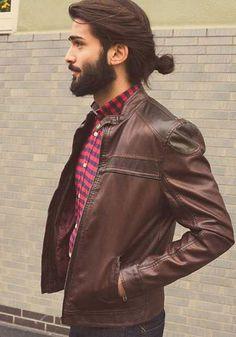 Homem usando coque masculino.