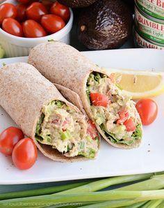 wrap de atun: mezcla tu aderezo favorito al atún, añade tomate, zanahoria y aguacate.