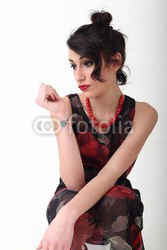 Ritratto di ragazza con collana rossa