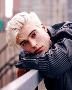 Men's Platinum Hair: Inspirations and Care - Modern Blonde Hair Boy, White Blonde Hair, Blonde Boys, Platinum Blonde Hair Men, Beautiful Boys, Pretty Boys, Beautiful Pictures, Lucky Blue Smith, Handsome Boys