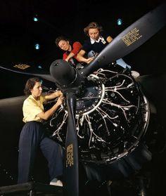 War Machine Women October Engine installers at Douglas Aircraft in Long Beach, California. World War Two Blog Vintage, Vintage Photos, Vintage Air, Vintage Photographs, Vintage Beauty, Vintage Travel, Retro Vintage, Ww2 Photos, Cool Photos