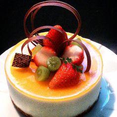 レアチーズ・シトロネ  ムース生地の下は玄米粉サブレをクランブルしバターで再形成したものを敷いてます。適当です。  #手作りスイーツ#手作りお菓子#手作りケーキ#チーズケーキ #いちご#ムースケーキ#cake #dessert #sweets #趣味#素人#暇人