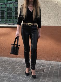 Discover the keys to style a basic black cardigan and look seriously glam. #style #estilo #styleblog #blogdeestilo #styleinspiration #styleinspo #outfitideas #cardiganoutfitideas #blackcardiganoutfitideas Neiman Marcus, Zapatos Shoes, Outfit Look, Glam Style, Cardigan Outfits, Black Cardigan, Keys, Capri Pants, Pumps