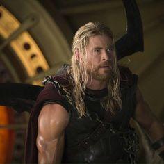 """582 """"Μου αρέσει!"""", 3 σχόλια - fanpage of chris and elsa (@fanpage_chris_elsa_hemsworth) στο Instagram: """"Thor Ragnarok  Source : Twitter  #chrishemsworth  #thorragnarok  #longhair  #blonde #god…"""""""