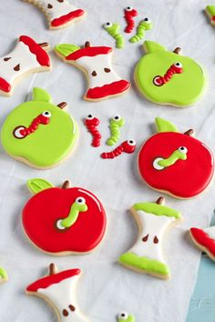 Learn how to make these cute apple with worm cookies with this step by step tutorial. Fun simple sugar cookies decorated with royal icing and a candy worm. Halloween Cookie Recipes, Halloween Cookies Decorated, Halloween Sugar Cookies, Decorated Cookies, Halloween Party, Halloween Snacks, Creepy Halloween, Apple Cookies, Easy Sugar Cookies