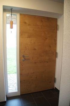 Haustüre mit Seitenteil - Türblatt: Eiche rustikal quer natur lackiert, Stock: weiß lackiert