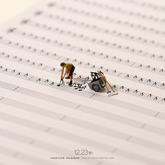 Bigger doesn't always mean better, as Japanese artist Tatsuya Tanaka proves with these tiny dioramas that he makes for his ongoing Miniature Calendar project. Miniature Photography, Art Photography, Miniature Calendar, Inspiration Artistique, Tiny World, Mini Things, Art Graphique, Japanese Artists, Art Plastique