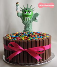 Tarta de chocolate y frambuesa con emanems y kitkat con la estatua de la libertad de M's World New York