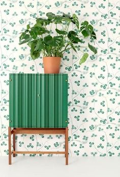 Klöverblad is a wallpaper with green clover meanders over a white background. This print was designed by Josef Frank in the - Wallpaper Klöverblad, Non-Woven, Klöverblad, Josef Frank Wallpaper Online, Wallpaper Samples, Wall Wallpaper, Pattern Wallpaper, Green Wallpaper, Wallpaper Ideas, Josef Frank Tapet, Home Interior, Interior And Exterior