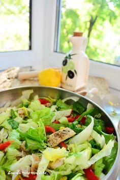 Salata iceberg cu piept de pui la gratar, ardei gras rosu, ceapa verde si porumb. Se face simplu si rapid si poate fi o cina sau un pranz sanatos si satios. I Love Food, Good Food, Yummy Food, Great Recipes, Keto Recipes, Cooking Recipes, Romanian Food, Food Art, Cobb Salad