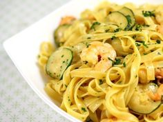 Tagliatelle cu creveti si dovlecei Caesar Pasta Salads, Caesar Salad, I Want To Eat, Weeknight Meals, Seafood, Food Porn, Food And Drink, Favorite Recipes, Lunch