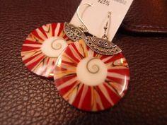 $120 貝のイアリング(ピアス)  バリ産の巻貝を素材に、赤い樹脂で着色し、支持部は925スターリングを使用。  赤いタイプのほか、グリーン、ブルーに着色したタイプもあり。同じデザインのペンダントトップもあります。  Shell earrings (pierced)  The material produced in the snail Bali, colored with red resin, the support section using 925 sterling.  Other types of red, are also available colored green, blue. There is also a pendant of the same design.
