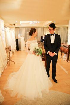 素敵な花嫁様がお決めになった1着は、 繊細なレースを使用したオフショルダーのロングスリーブのウェディングドレス。 デコルテラインが美しいオフショルダーのトップスと軽やかでナチュラルなシルクチュールのスカートは クラシカルでいてモダンなデザイン。