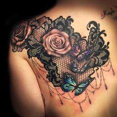 Soyez inspirée avec ce tatoo : Photo tattoo epaule dos omoplate belles roses et papillons sur dentelle fine. Retrouvez tous les modèles, significations de motifs sur tatouagefemme.eu