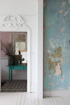 Walls with a beautiful patina in a mdern bohemian home