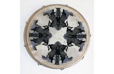 Céline Tuloup brode des tâches, reflets de notre inconscient. En effet, dans son projet intitulé Psychic Circles, elle reprend les tests de Rorschach de manière kaléidoscopique sur des cercles à br…