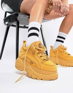 Buffalo Classic Lowtop Platform Trainers in Camel Buffalo Classic Lowtop-Plattform-Turnschuhe Dior Sneakers, Sneakers Mode, Sneakers Fashion, Fashion Shoes, Black Sneakers, Sneaker Outfits, Nike Outfits, Buffalo Shoes, Girls Shoes