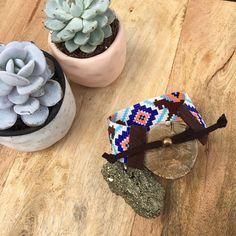 Twee opties om uit te kiezen kleur — blues en roze OR rood, oranje en geel! Dit is een volledig regelbaar, veganistisch, weefgetouw gerolde armband gemaakt met de beste materialen beschikbaar. Ik weven elk stuk met de hand met mijn kleine loom in Cumbria, Engeland. Mustang