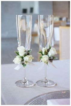 Floral Wedding Centerpieces Planning and Tips - Love It All Bride And Groom Glasses, Wedding Wine Glasses, Wedding Champagne Flutes, Wedding Table Centerpieces, Wedding Flower Arrangements, Diy Wedding Decorations, Centerpiece Flowers, Centerpiece Ideas, Decorated Wine Glasses