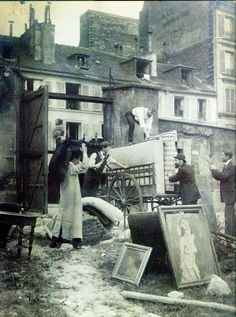 Amedeo Modigliani moving his studio, 1913