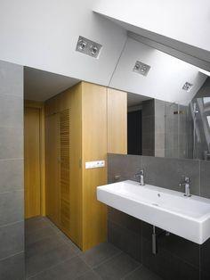 La salle de bains moderne et design  >>Voir Diaporama : http://www.homelisty.com/visite-privee-loft-a-prague/