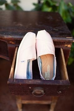 The shoes of TOMS is simple style and can fit your feet more possible, so I love them, and you?