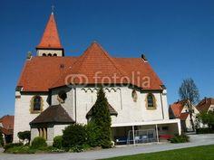 Die evangelische Kirche in Heilpup vor blauem Himmel am Teutoburger Wald im Kreis Lippe bei Detmold