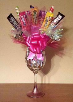 Valentine candy bouquet in a glass Valentines Gifts For Boyfriend, Valentines Diy, Valentines Presents, Diy Valentine's Centerpieces, Birthday Craft Gifts, Diy Birthday, Birthday Ideas, Homemade Birthday, Birthday Presents