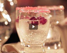 Cocktails de Noël: boissons avec ou sans alcool   Metro Cocktails, Alcoholic Drinks, Cocktail Original, Flute, Champagne, Wine, Tableware, Noel, Drink Recipes