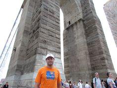 El Puente de Brooklyn es uno de los mas importantes viaductos del mundo, une los distritos de Manhattan y de Brooklyn. Fue construido entre 1870 y 1883 y, en el momento de su inauguración, era el puente colgante más grande del mundo. También fue el primero suspendido mediante cables de acero. Es uno de los símbolos más reconocibles de Nueva York.