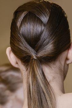 Плетение на макушке модели Fendi