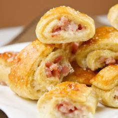 Ham and Cheese Pretzel Bites. Ham and Cheese inside a pretzel now how is that not delicious :) New Year's Eve Appetizers, Finger Food Appetizers, Yummy Appetizers, Appetizer Recipes, Party Appetizers, Fingers Food, Pretzel Cheese, Melted Cheese, Game Day Food