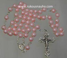 Tässä hempeässä Ruusukossa, mattapintaiset vaaleanpunaiset lasihelmet ja barokki krusifiksi. www.rukousnauha.com