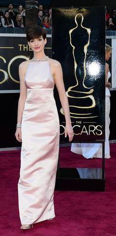 La ganadora Anne Hathaway con un Prada muy comentado (y no siempre para bien)