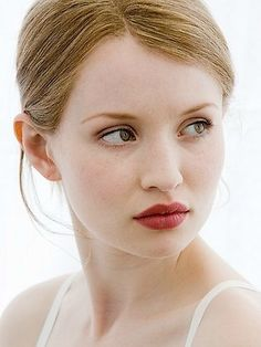 Emily Browning: Simple eye, pop of berry on the lips. Classy and Fast for Everyday