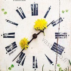 Kesäistä aikaa - kellotaulu kello viisari viisarit vanha halkeama rikki rikkinäinen kesä kesäinen voikukka