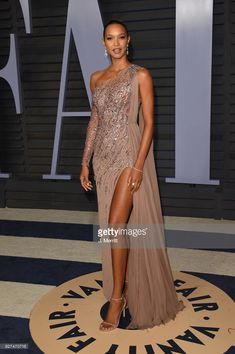 Lais Ribeiro attends the 2018 Vanity Fair Oscar Party hosted by Radhika Jones at the Wallis Annenberg Center for the Performing Arts on March 2018 in Beverly Hills, California. Lais Ribeiro, Event Dresses, Prom Dresses, Formal Dresses, Beautiful Dresses, Nice Dresses, Award Show Dresses, Lace Gown Styles, Thanksgiving Fashion