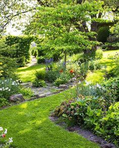 44 Beautiful Small Garden and Flower Design Ideas You Might Love | Justaddblog.com #garden #smallgardens