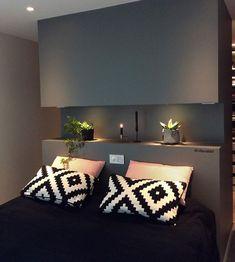 Smart nattbord på lite soverom med Walk-in-closet