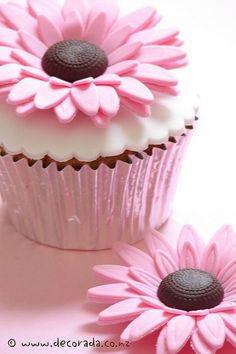 35 Floral Fondant Cupcake Designs - Cupcakes Gallery - Page 8 Daisy Cupcakes, Cupcakes Rosa, Cookies Cupcake, Cupcakes Flores, Pretty Cupcakes, Beautiful Cupcakes, Yummy Cupcakes, Valentine Cupcakes, Rose Cupcake