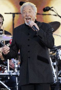 Singer Tom Jones performs during the Diamond Jubilee concert originally from wales Tom Jones Singer, Sir Tom Jones, Old Singers, Famous Singers, Celebrity Gossip, Celebrity News, One Direction Music, Kate And Harry, Music