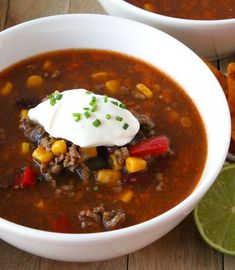 A hearty delicious bowl of Mexican chili con carne soup is only this recipe away. Recipe in Dutch. Gumbo Soup, Dutch Oven Recipes, Chile, Homemade Chili, Healthy Dessert Recipes, Tortilla Chips, Soup Recipes, Food And Drink, Meals