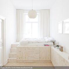 Ein schönes Podestbett aus weiß lasiertem Kiefersperrholz. Das wäre auch eine Idee für ein Podest im Kinderzimmer. Und Stauraum hat man damit auch genug.