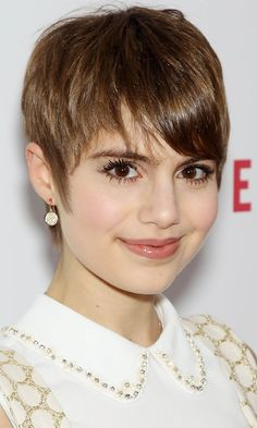 Sami Gayle is relatively unknown in the UK, but US TV actress Sami Gayle has an undeniably amazing hairstyle. We love how she has paired her 60s hair cut with a 60s inspired shift dress.| celeb hair