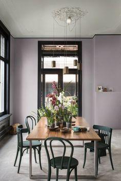 Les murs violet poudré rend la salle à manger plus accueillante