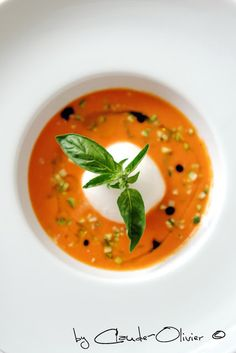 Une bien belle tomate, la Rose de Berne  Soupe froide de Rose de Berne, brunoise de courgette et burrata