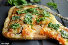 Пирог (или пицца) с цуккини, баклажанами, помидорами и моцареллой.    Ингредиенты: Для теста: - 1,5 ст (240 мл) муки, - 0,5 ст воды, - 0,5 ч л соли, - 1 ст л сахара, - 1 ст л сливочного (растопленного) масла, - 2 ст л оливкового масла, - 1 ч л сухих дрожжей.  - 10 кружочков цуккини, - 10 кружочков баклажан, - 10 кружочков помидор (у меня были желтые), - 200 г моцареллы (сулугуны), - соль, перец, чеснок, базилик.